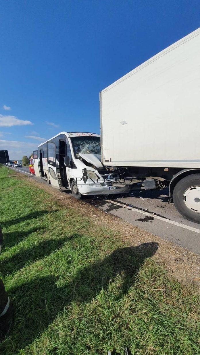 Accident la Crasna - un tir și un microbuz au fost implicate