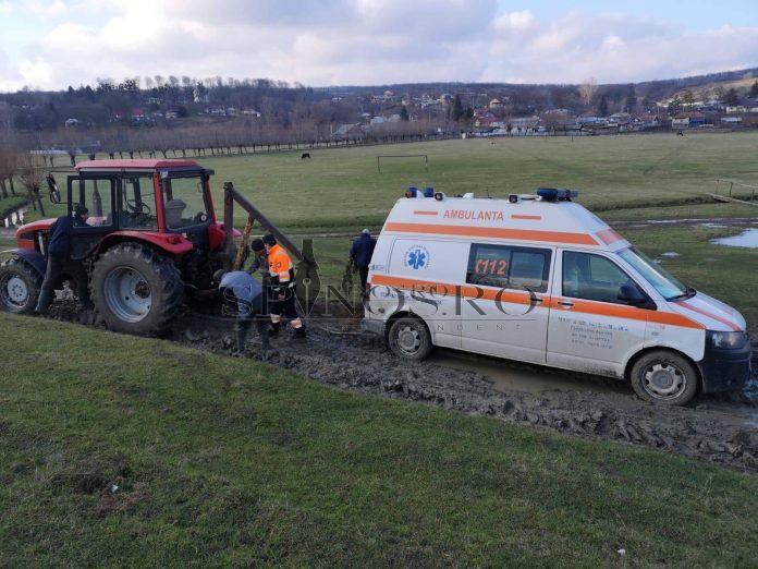 ambulanță în misiune blocată în noroi