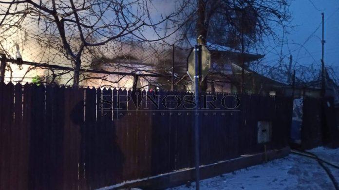 Casă cuprinsă de flăcări la Bârlad , pompierii au intervenit la timp ( Foto)