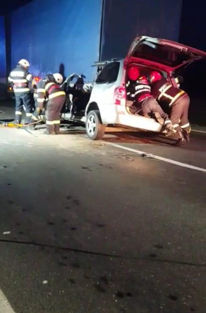 4 persoane decedate, după ce mașina în care se aflau ar fi lovit un tir oprit