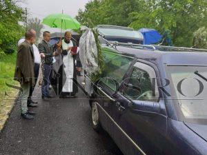 Puștiul care s-a sinucis a fost condus pe ultimul drum. Părinții nu au avut bani de înmormântare